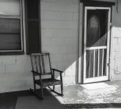 Кресло-качалка на парадном крыльце стоковые изображения rf