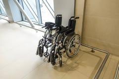 Кресло-коляска в здании аэропорта Заботить для людей с инвалидностью стоковая фотография rf
