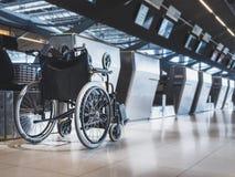 Кресло-коляска подготавливает для пассажира инвалидности на авиакомпании авиапорта проверяет внутри против Стоковое Фото