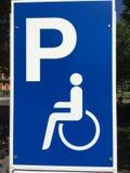 Кресло-коляска подписывает внутри район больницы только для инвалидов стоковое фото