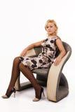 кресло красивейшее сидит женщина Стоковое Фото
