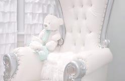 Кресло красивого украшения белое для партии детского душа стоковые изображения