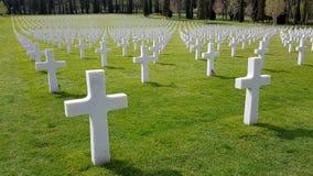 Кресты американских солдат которые умерли во время Второй Мировой Войны похороненной в кладбище и мемориале Флоренс американских, стоковое изображение rf