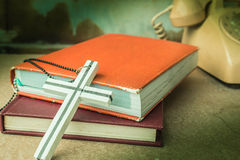 Кресты и старые книги стоковые фото