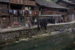 Крестьяне деревянных сельских домов китайские расположены на реке VI банков стоковые фото