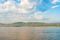 Крестьяне работая на банке реки Irrawaddy, Мандалая, Мьянмы, Бирмы Скопируйте космос для текста стоковые фотографии rf