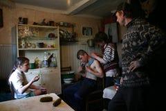 Крестьяне семьи русские в кухне сельского дома комнаты Стоковое Изображение