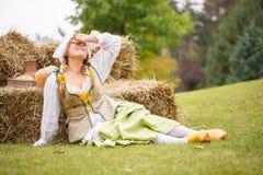 Крестьянин отдыхая в сене после работы Стоковое фото RF