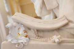 Крест белой лилии и христианина стоковое изображение