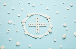 Крест белых таблеток на голубой предпосылке Медицинское обслуживание, машина скорой помощи стоковая фотография rf
