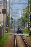 Крест велосипеда мотора мотоцикла идущий железная дорога на Камакуре стоковые изображения rf