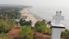 Крест вида с воздуха христианский на холме в Arambol, Индии видеоматериал