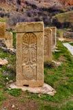 Крест высекаенный на оранжевом камне Стоковые Фото