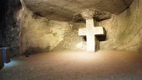 Крест высек на каменной стене в живущем камне в соборе соли Zipaquira Стоковые Фото