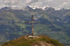 Крест в швейцарских горах стоковое фото rf