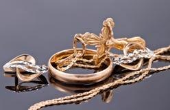 Крест золота и элегантные серьги золота Стоковые Изображения RF