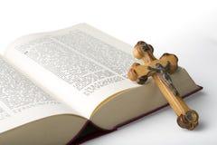 Крест и библия Стоковые Фотографии RF