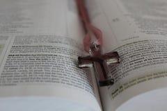 Крест и библия Стоковая Фотография