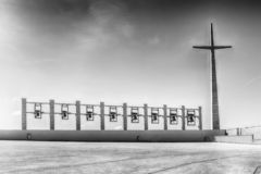 Крест и колоколы, святилище Святого Pio Pietrelcina, Италии стоковое фото