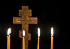 Крест и свечи Стоковая Фотография