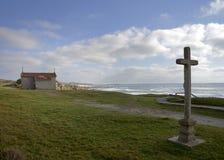 Крест и церковь в Castro de São Paio, обозревая пляж стоковая фотография rf