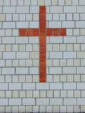 Крест красного кирпича на стене белого кирпича стоковая фотография rf