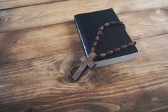 Крест на книге стоковое фото rf