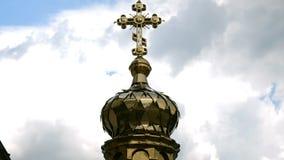 Крест на куполе в православной церков церков в монастыре Киева-Pechersk Lavra, сток-видео