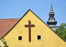 Крест на стене церков стоковое изображение rf