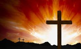 Крест на холме на заходе солнца бесплатная иллюстрация