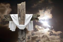 Крест пасхи на драматическом небе Он поднятая концепция стоковое фото rf