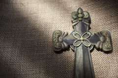 Крест положенный на дерюгу Стоковое Фото