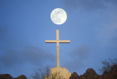 Крест под полнолунием Стоковая Фотография