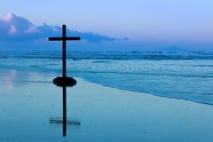 Крест пляжа рассвета Стоковая Фотография RF