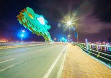 Крест Река Han моста дракона на городе Danang в Вьетнаме Стоковые Фото
