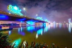 Крест Река Han моста дракона на городе Danang в Вьетнаме Стоковые Фотографии RF