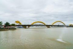 Крест Река Han моста дракона на городе Danang в Вьетнаме Стоковая Фотография RF