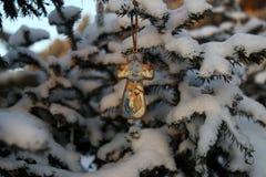 Крест рождества с изображением младенца Иисуса, в парке дальше Стоковое Фото