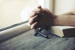 Крест руки женщины стоковые изображения rf