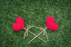 Крест сердца любов на зеленой траве с космосом для текста стоковое фото