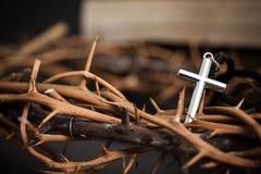 Крест с предпосылкой вероисповедания стоковое изображение rf