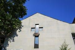 Крест церков на стене стоковая фотография rf