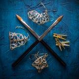 крест 2 щеток лежа на голубой предпосылке Стоковые Изображения