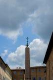 Крест whit обелиска стоковые фото