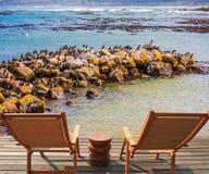 2 кресла среди прибрежных камней Стоковое Изображение