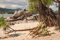 Кресла для отдыха пляжа на песчаном пляже Стоковая Фотография RF