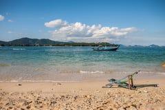 Кресла для отдыха пляжа на песчаном пляже Стоковые Изображения RF