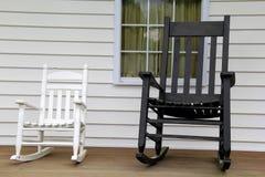 Кресло-качалки взрослого и ребенка на деревянном крылечке стоковая фотография