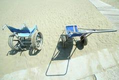 кресло-коляска с большими стальными колесами и deckchair для того чтобы принести disabl Стоковая Фотография RF