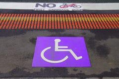 Кресло-коляска с знаком информации на предпосылке пола для люди с ограниченными возможностями Стоковое Изображение RF